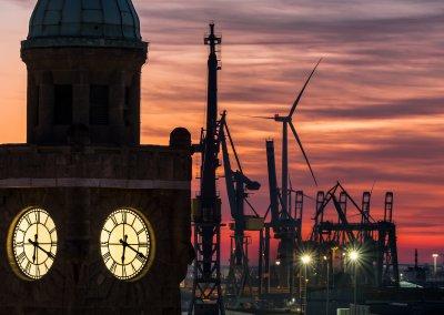 März 19 - Turmuhr an den Landungsbrücken im Abendrot Herrmann Hauffe
