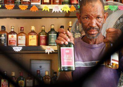 Hinter Gittern - Im Bottlestore in Namibia