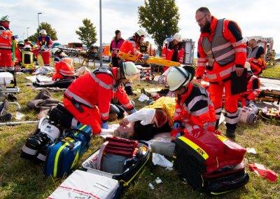 Das Rote Kreuz versorgt die Verletzten