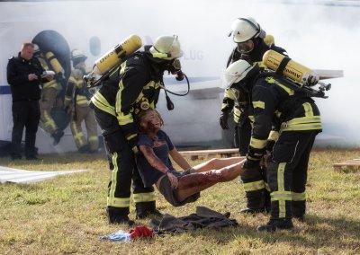 Bergung von Verletzten aus dem Wrack